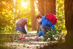 Otec a dítě v lese