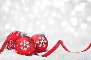 Vanoce ozdoby na snehu